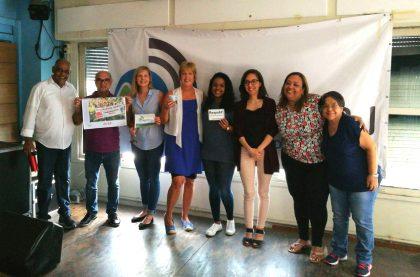 bei einem Treffen mit der Gewerkschaft Sindpd-rj (Öffentlicher Dienst) überreicht die ver.di-Kollegin Anita Schulze den Kalender des Fototeams