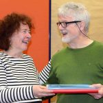 Solveig Kollar-Eggert übergibt die Kassenunterlagen an ihren Nachfolger Harald Scholtz