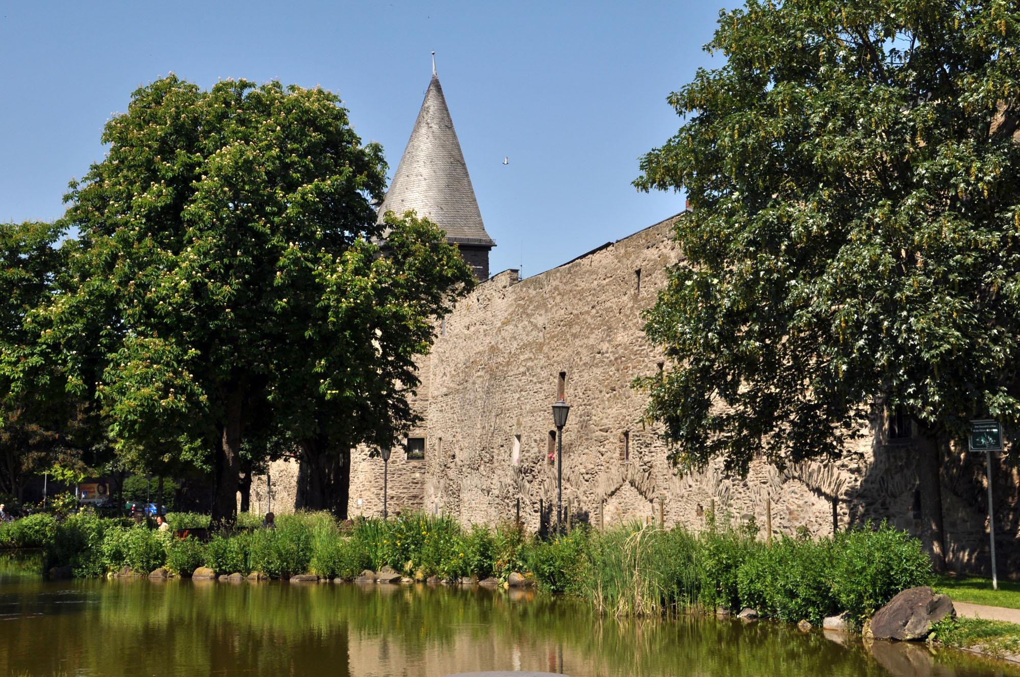 Andernach mit mittelalterlicher Stadtmauer und seinem Wahrzeichen, dem Runden Turm