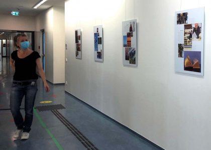 """die Ausstellung """"Corona - eine Chance?"""" wird in den Räumen der VHS Frankfurt am Main aufgehängt"""